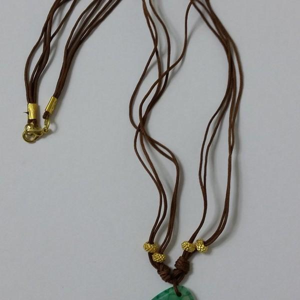 ΚΜΠ019-Κολιέ με πράσινο πέτρωμα δεμένο με καφέ κορδόνια-22ευρώ