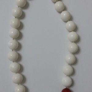 ΚΜΠ023-Κολιέ κοντό με λευκά και κόκκινα κοράλια και ασημένια στοιχεία-50ευρώ