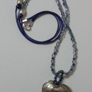 ΚΜΠ042-Κολιέ μακρύ από κρύσταλλα μπλε και γαλάζια και κεντρικό στοιχείο καρδιά σε ασημί χρώμα με σχέδια από στριφτό σύρμα 25 ευρώ