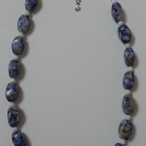 ΚΜΠ045-Κολιέ από ημιπολ.πέτρες  σοδαλίτη και ανάμεσα άσπρο όνυχα 35 ευρώ