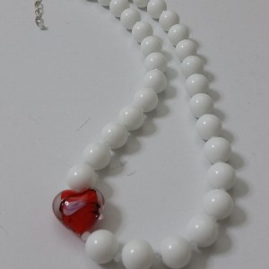 ΚΜΠ085 - Κολιέ κοντό από άσπρα κοράλλια και μουράνο καρδιά κόκκινη.