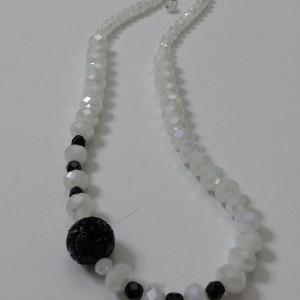ΚΜΠ086 - Κολιέ κοντό με κρύσταλλα άσπρα μαύρα και μαύρο κοράλλι.