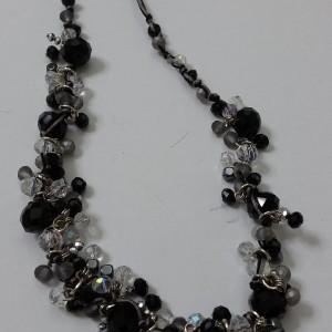ΚΜΠ098 - Κολιέ με κορδόνι και κρύσταλλα άσπρα μαύρα αιματίτη-μαγνητικό κούμπωμα.
