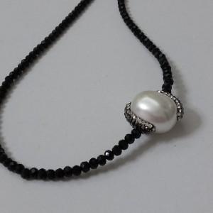 ΚΜΠ121-Κολιέ κοντό μαύρα κρύσταλλα και λευκή πέρλα με μαρκασίτη-35ευρώ
