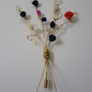 ΦΜΠ010 - Καρφίτσα χειροποίητη μπουκέτο από σύρμα ορείχαλκου και χρωματιστά λουλουδάκια από κοράλλι 15 ευρώ