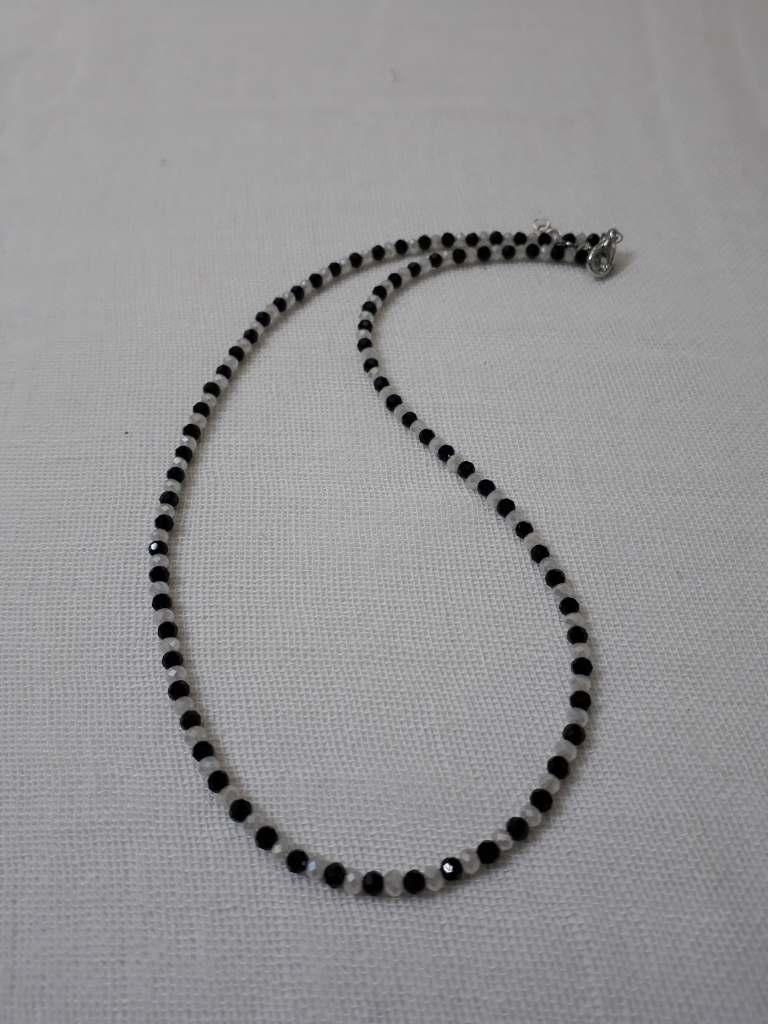 ΚΜΠ291 – Κολιέ μήκους 45 εκ. από μικρά κρύσταλλα άσπρα και μαύρα ... a72412642fb